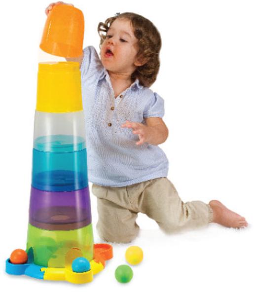 תמונה של מגדל כוסות ענק עם מסלול כדורים